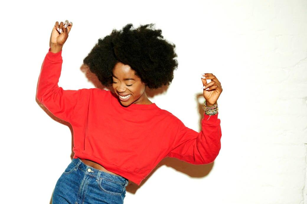 Frau mit rotem Pullover