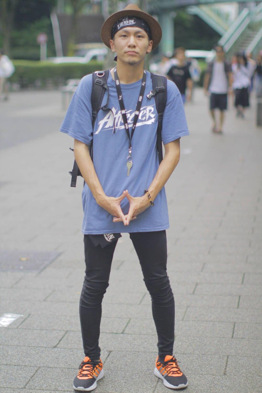 Mann mit enger Jeans