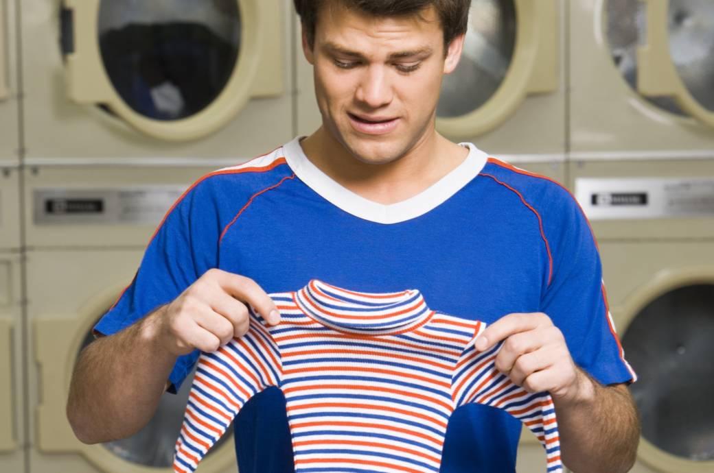 Mann in Waschsalon