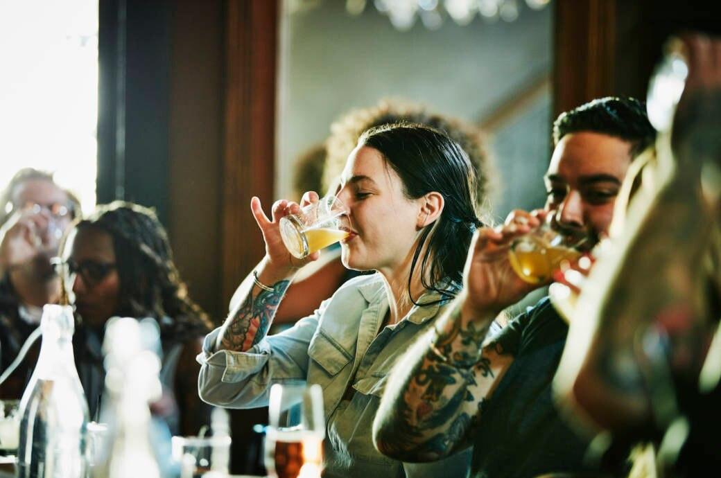 Bar und trinkende Menschen