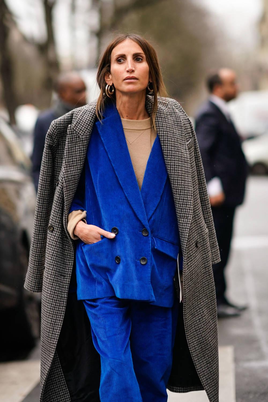 Street Style Frau mit Cordanzug