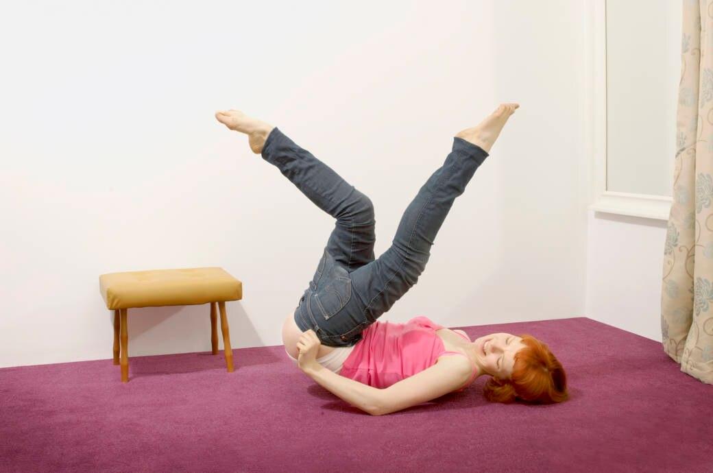 Frau versucht, in eine Jeans reinzukommen