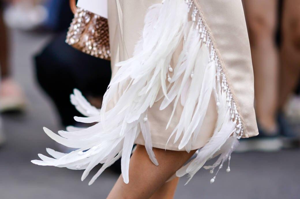 Ausschnitt Kleid mit Federn