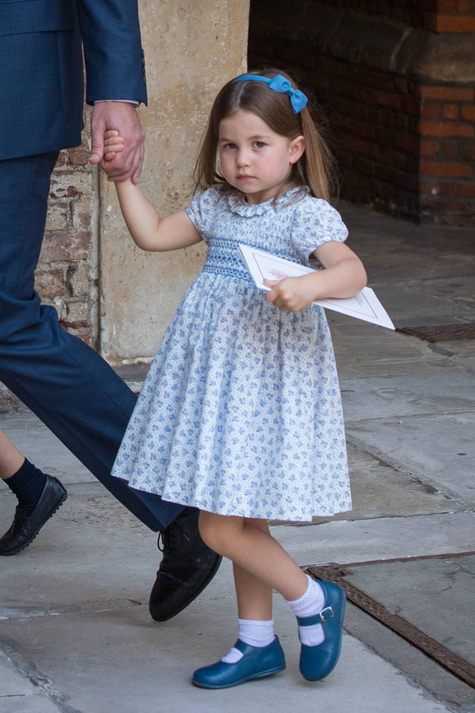 Prinzessin Charlotte in Kleid und Haarspange