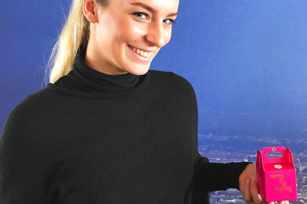 Blonde Frau mit Pony Puffiin