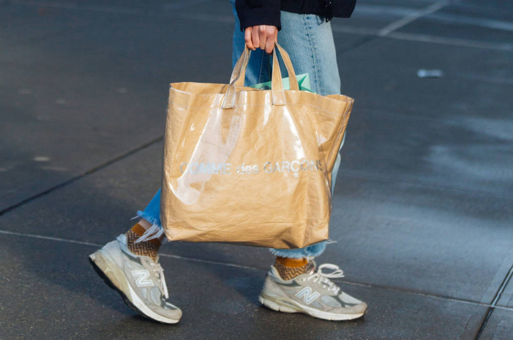 Frau mit einer Tote Bag