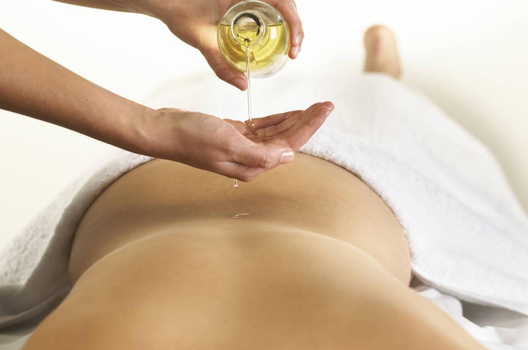 Frau bekommt Öl-Massage