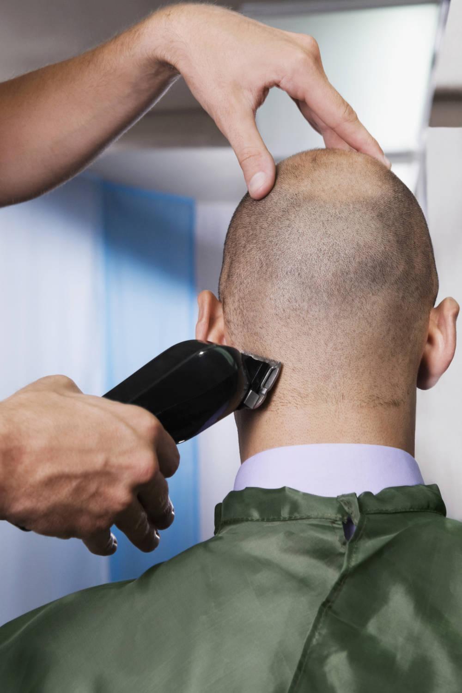 Mann lässt sich den Kopf rasieren