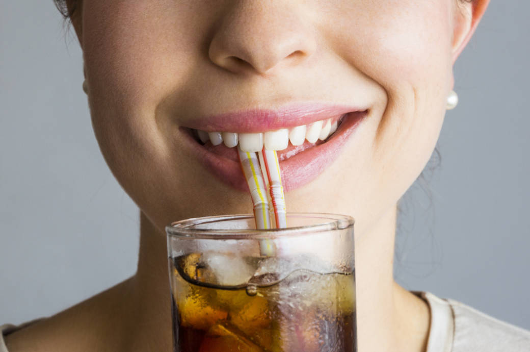 Lächelnde Frau mit Cola