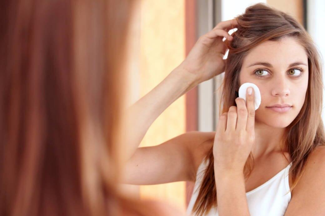 Frau reinigt Gesichtshaut