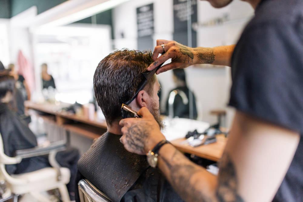 Mann beim Friseurbesuch