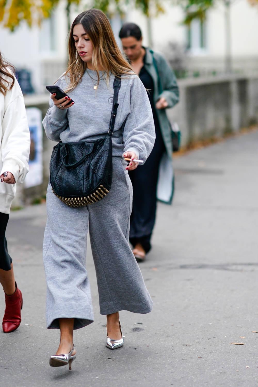 Street Style Frau mit Umhängetasche