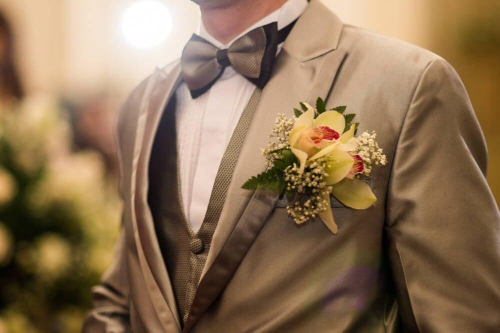 Knopfloch im Revers mit Blume