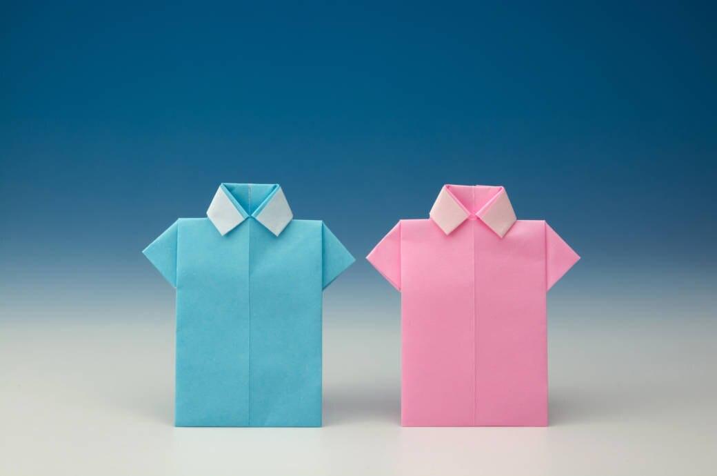 Papierhemden in Rosa und Blau