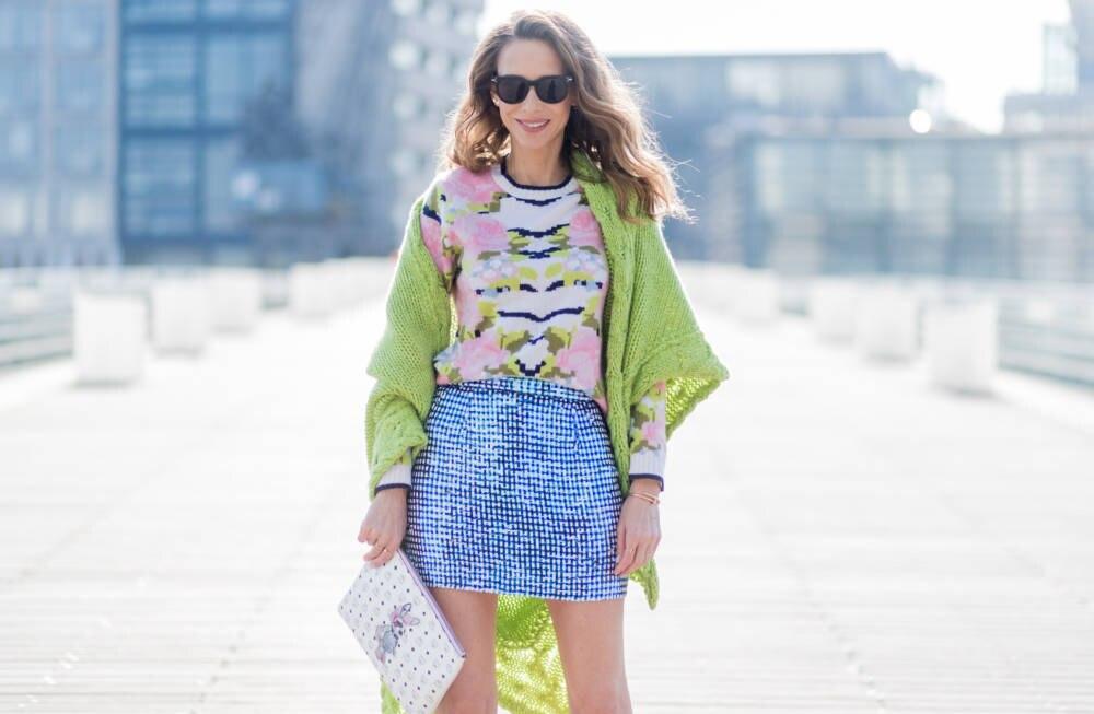 Frau mit Musterrock und Muster-Oberteil