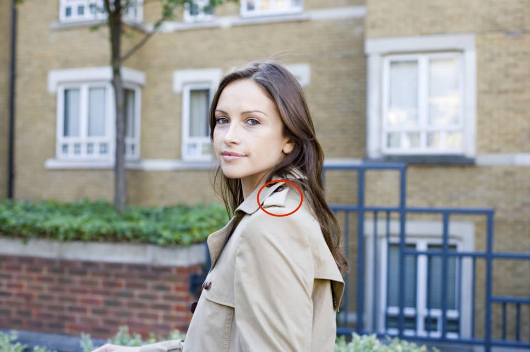 Junge Frau mit Trenchcoat