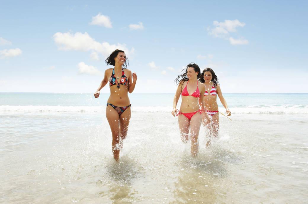 Drei Frauen im Bikini am Strand