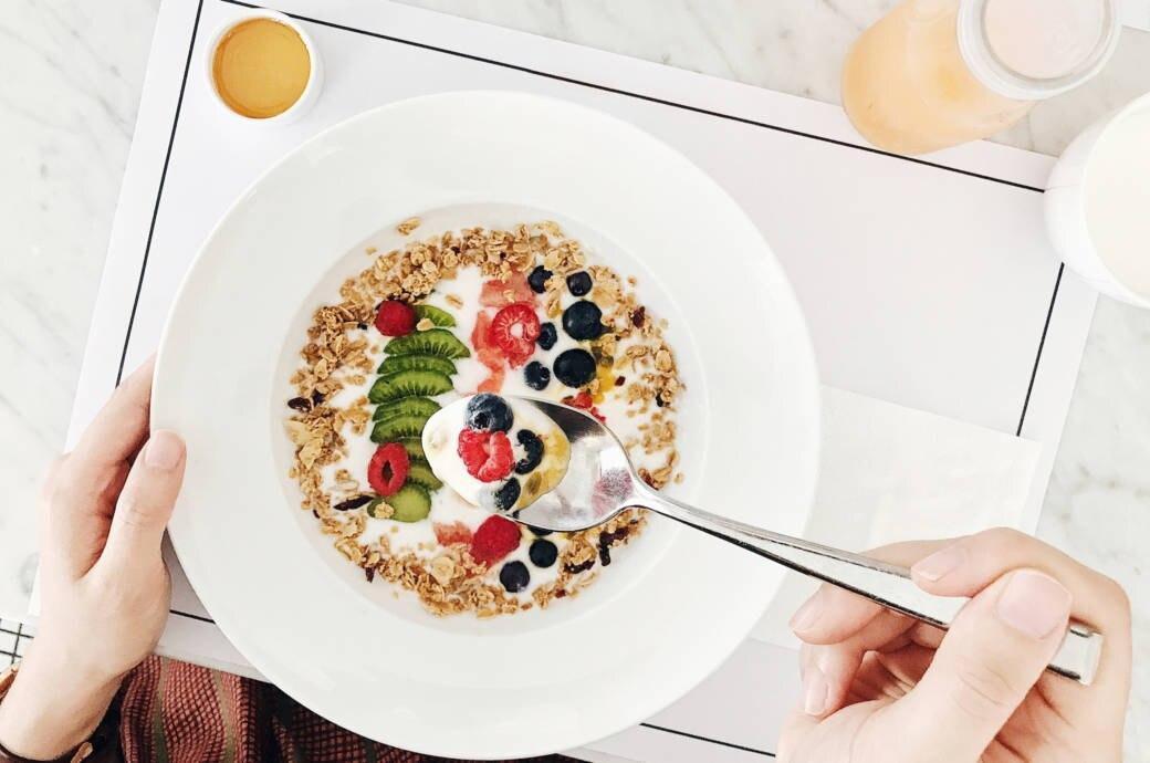 Früchte im Joghurt zum Frühstück