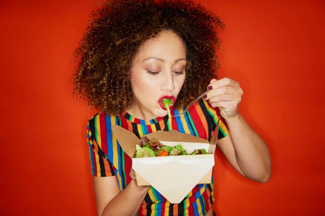 Frau isst einen Salat