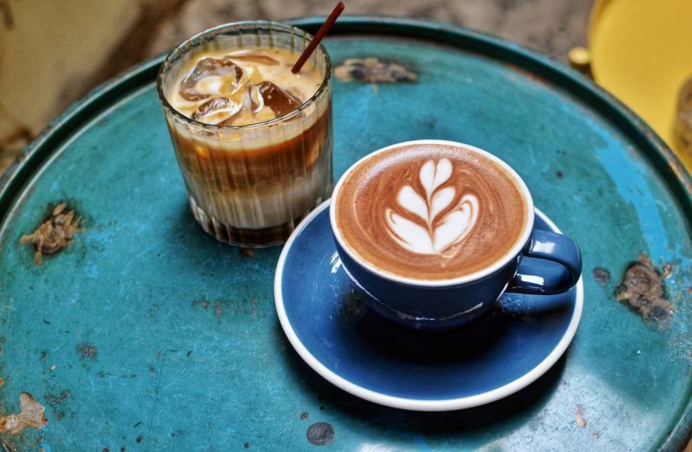 Eiskaffee und heißer Cafe Latte