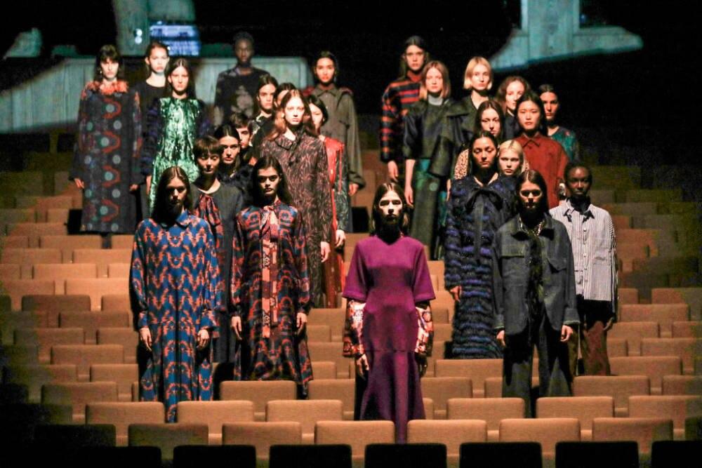 Zu Beginn der Odeeh Show standen die Models im Zuschauerraum des Theaters Berliner Festspiele
