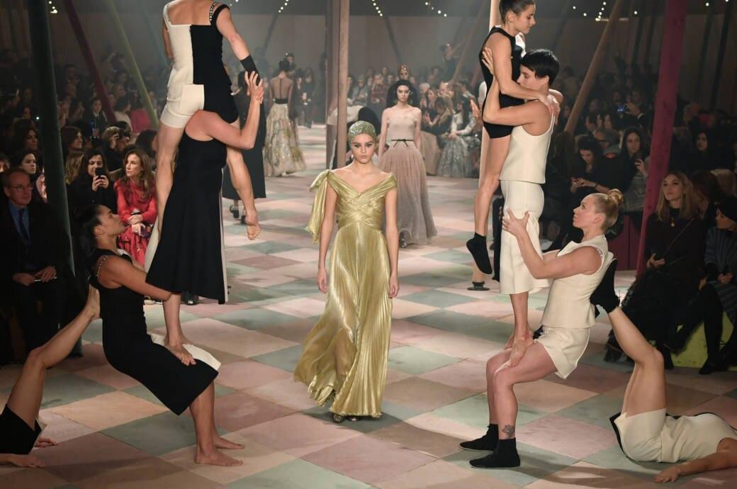 Models laufen den Laufsteg hinunter zum Finale der Dior Couture Show SS19