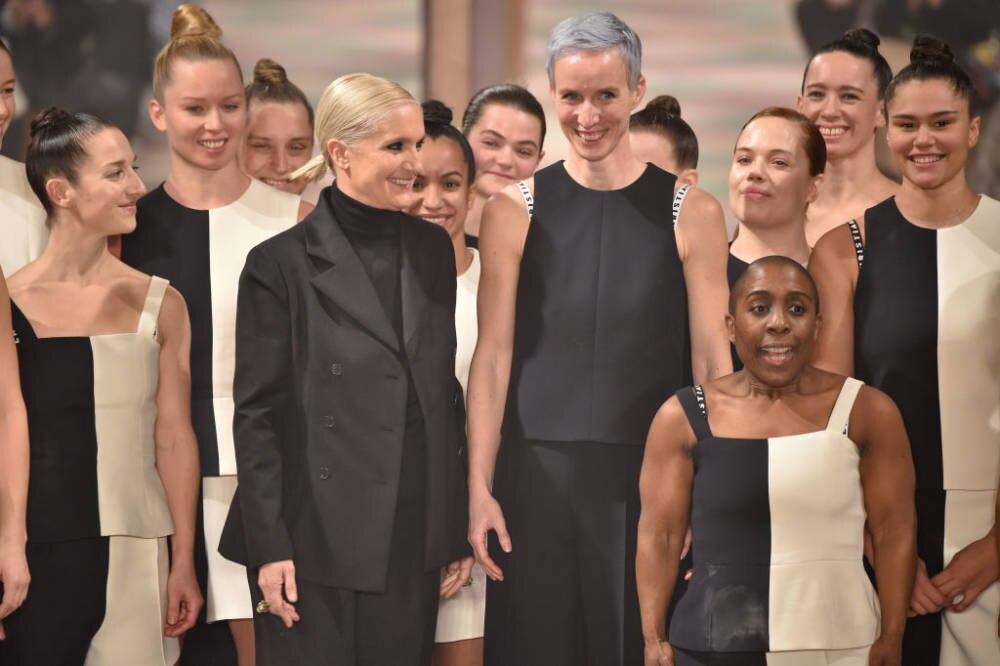 Maria Grazia Chiuri und Models auf dem Laufsteg beim Dior Finale