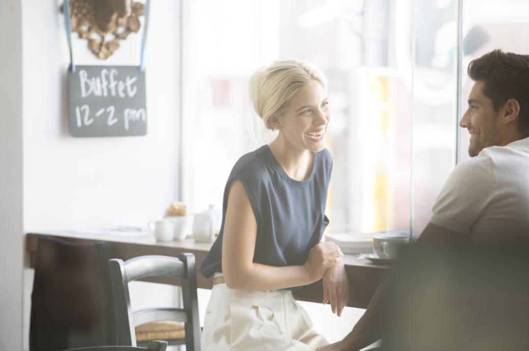 Frau mit Mann in einem Café