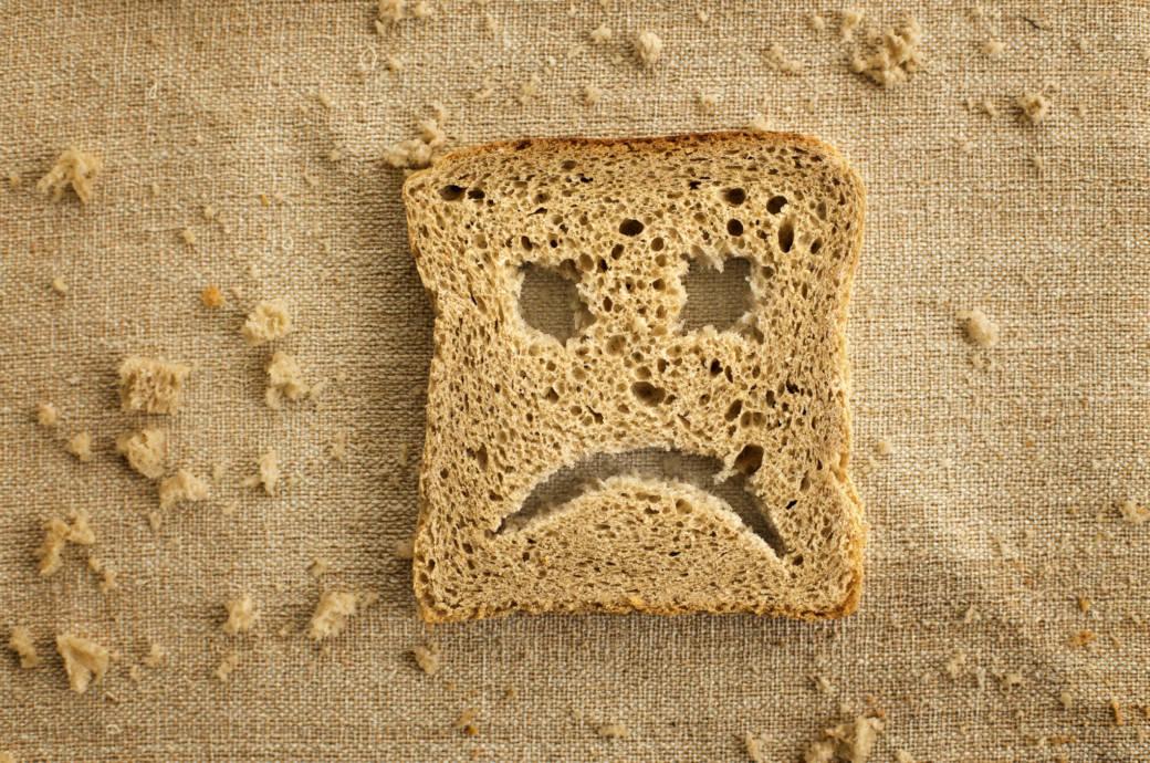 Toastscheibe mit traurigem Smiley-Gesicht
