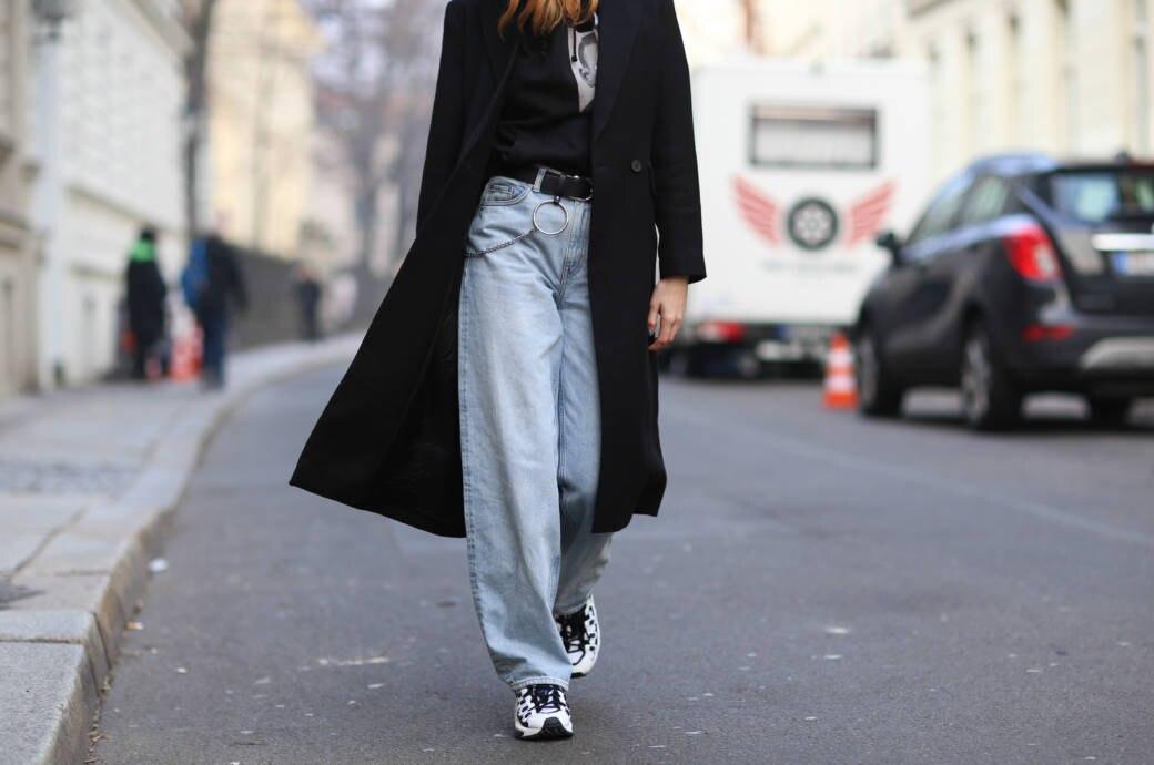 Lisa Banholzer trägt die Baggy Jeans