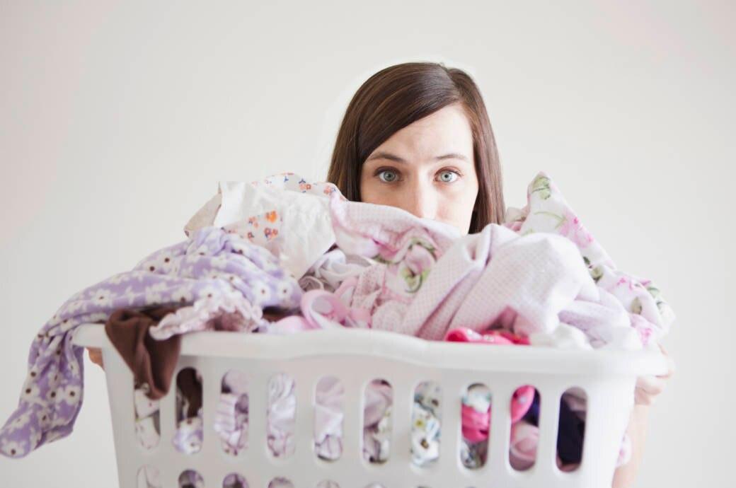Junge Frau beim Wäsche machen