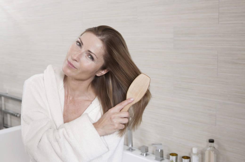 Darum sollten Sie Ihre Haare VOR dem Waschen bürsten