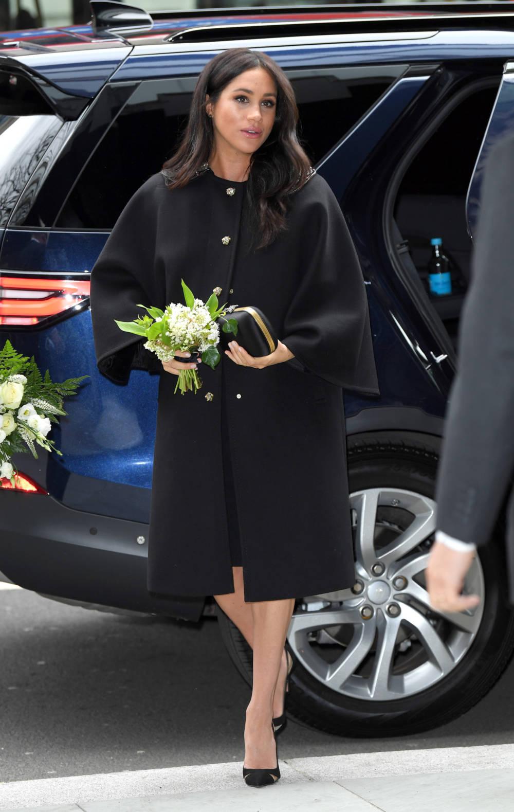 Herzogin Meghan mit Blumenstrauß