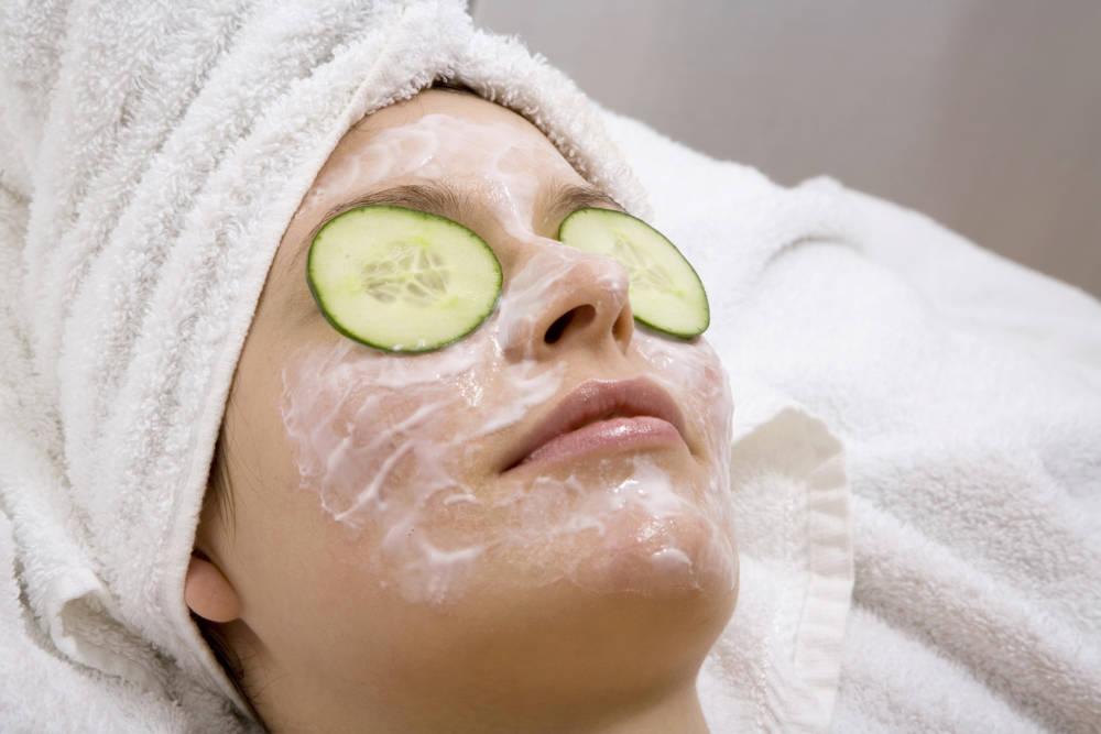 Frau mit Gurkenmaske