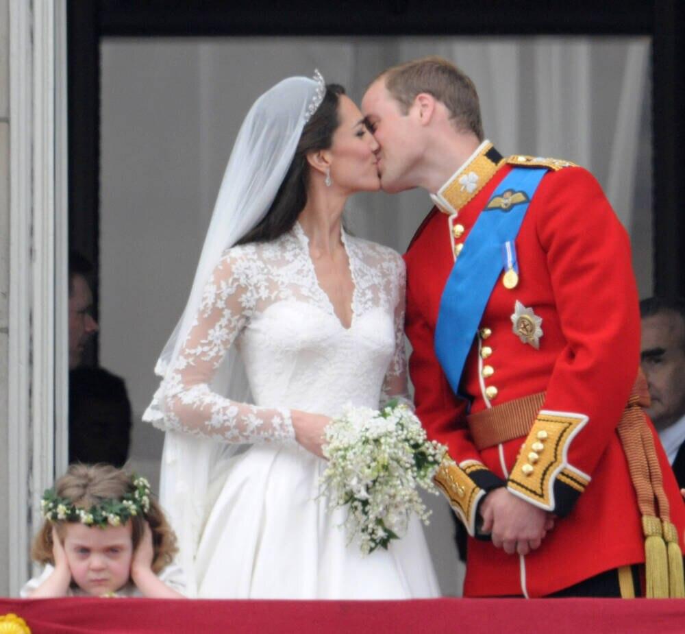 Kate und William küssen sich bei ihrer Hochzeit 2011