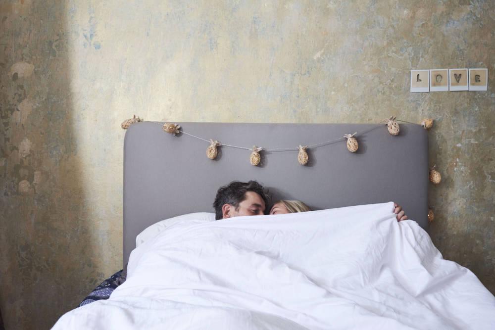 Frau und Mann in Bett