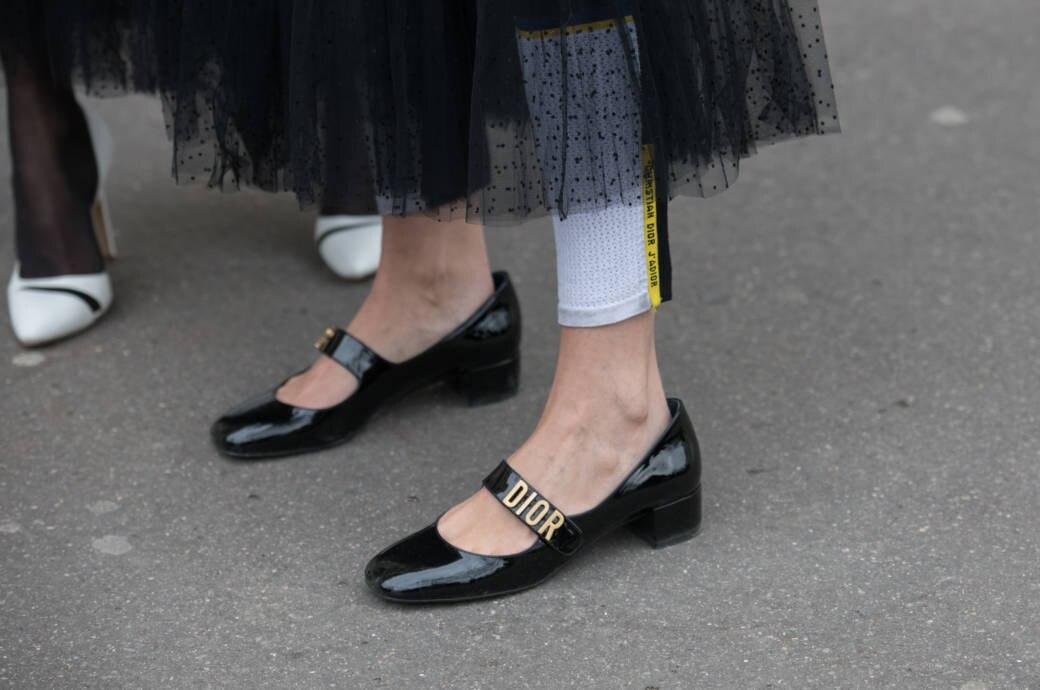 Street Style : Paris Fashion Week Womenswear Fall/Winter 2018/2019 : Day One