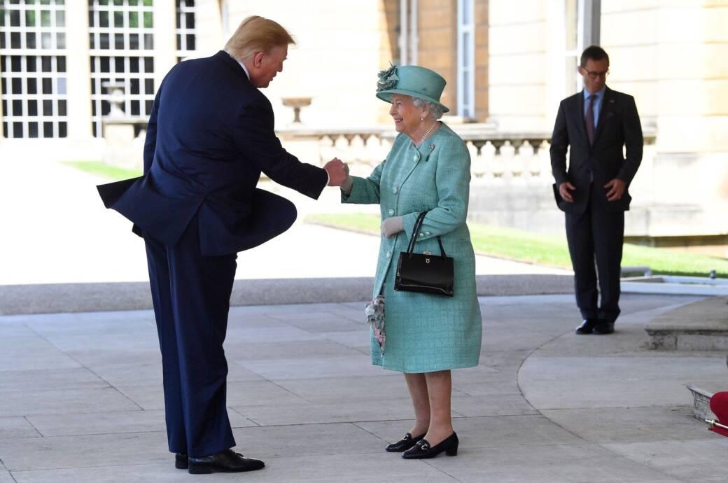 Wie Queen Elizabeth mit ihrer Tasche heimlich Botschaften sendet