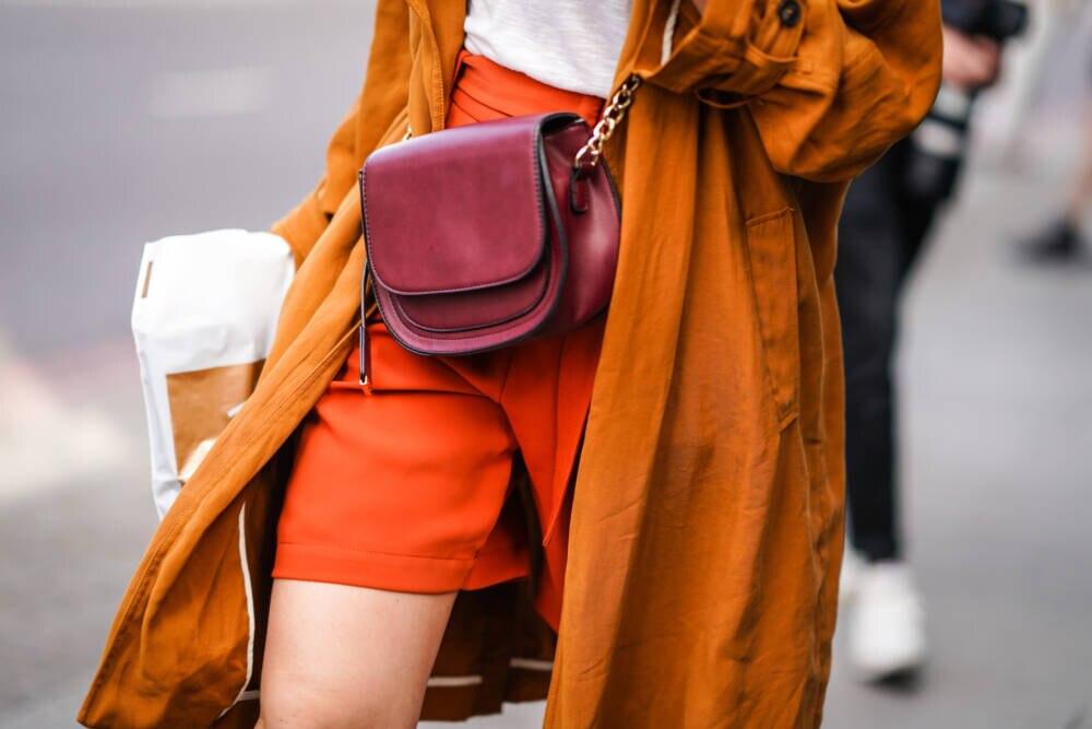 Frau mit orangefarbener Shorts