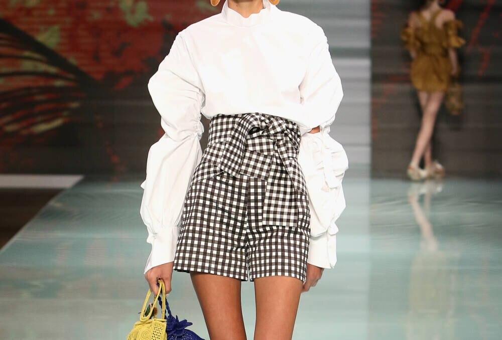 Model mit Gürtel-Shorts