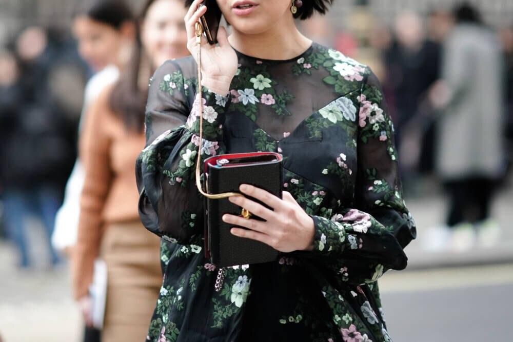 Frau mit Muster-Kleid