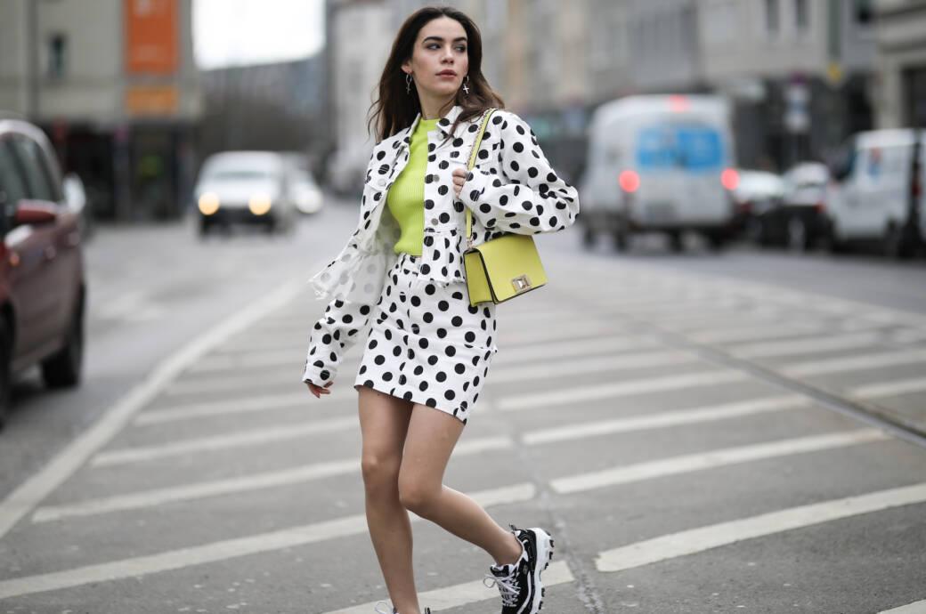 Frau mit gepunktetem Outfit