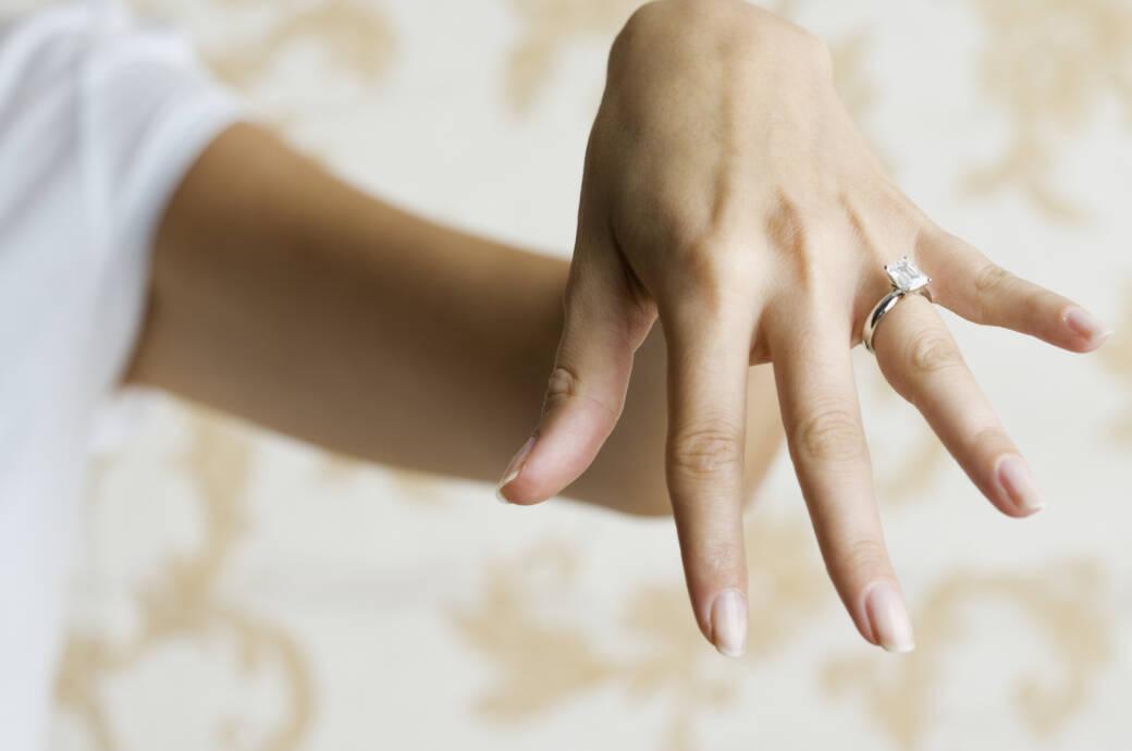 Hand mit Diamantring
