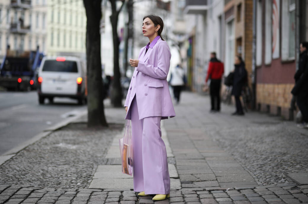 Bloggerin Masha Sedgwick kombiniert Fliederhose mit Fliederblazer und bricht den monochromen Style mit neongelben Schuhen