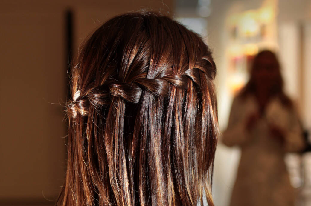 Frau mit Waterfall Braid