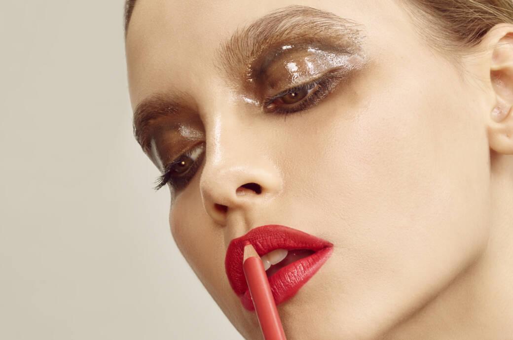Frau trägt Lippenkonturenstift auf