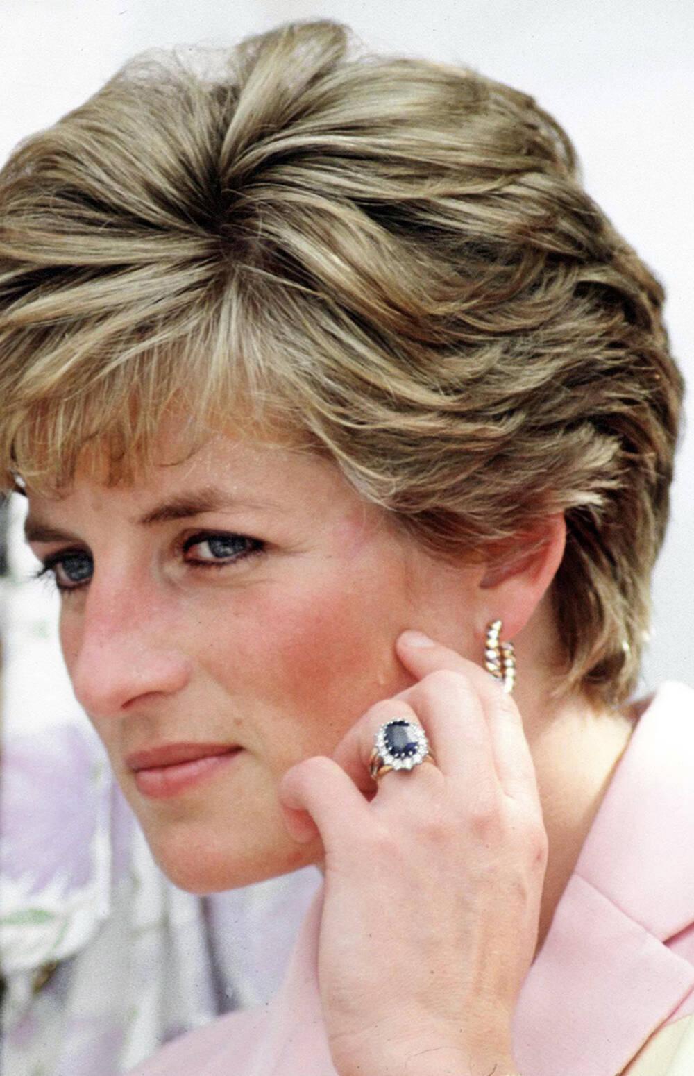 Prinzessin Diana mit ihrem Verlobungsring