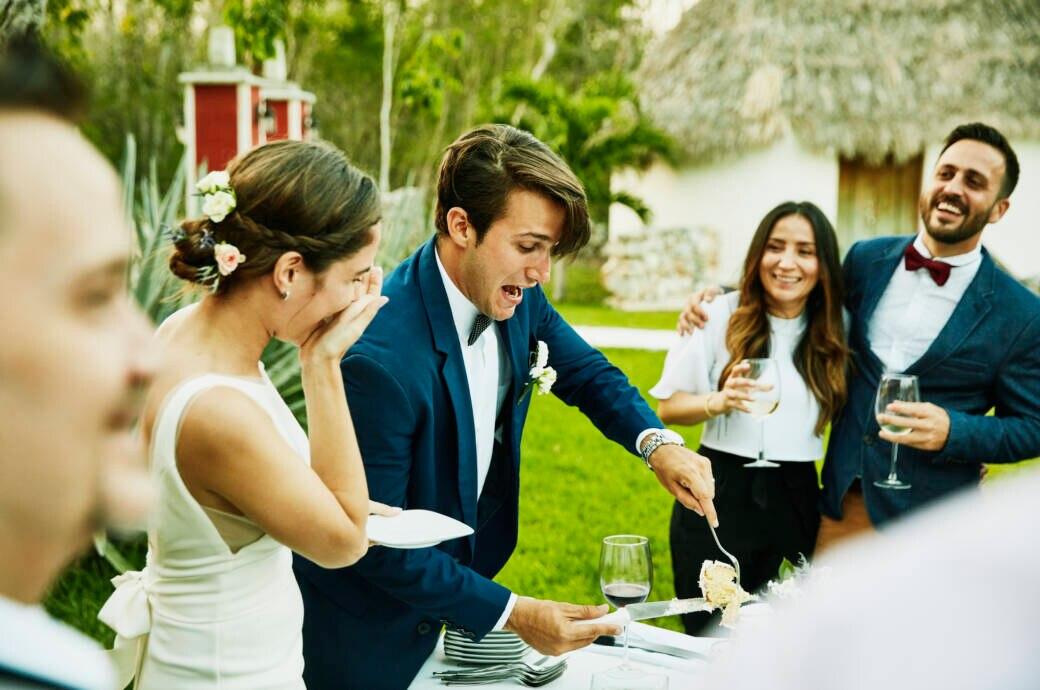 Hochzeitspaar schneidet Kuchen an