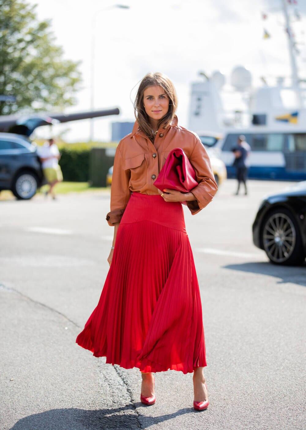 Lederhemd als Stilbruch zum Plisseerock