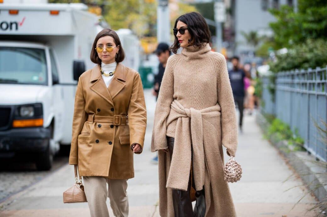 Zwei Frauen mit Strickpullis